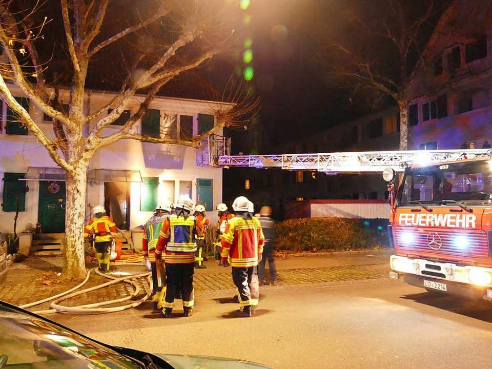 Mit Drehleiter und Atemschutz näherte ... dem Brandmelder Alarm gegeben hatten.  | Foto: Ulrich Senf