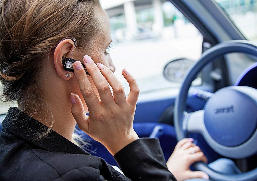 Ein unverzichtbares Zubehör für Telefo...lkonforme Freisprechanlage fürs Auto.   | Foto: Christin Klose/dpa