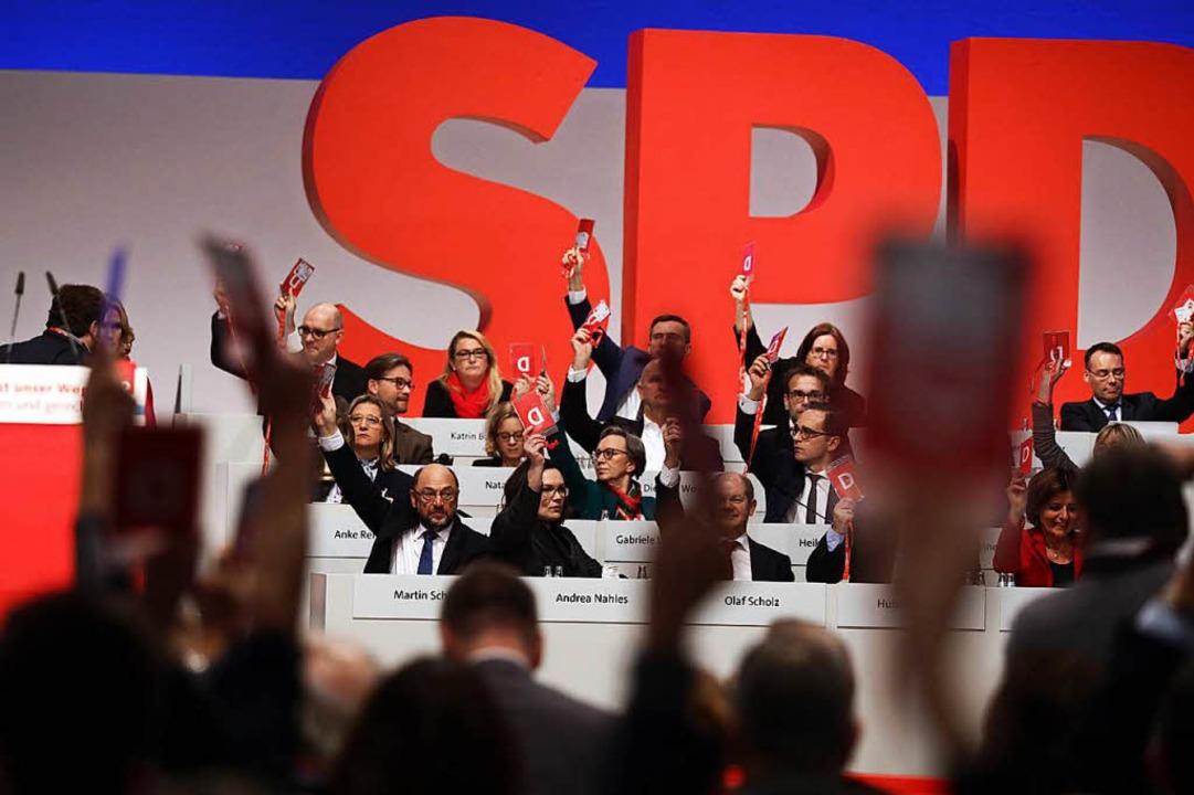 Delegierte und Vorstand stimmen über Anträge ab.  | Foto: dpa