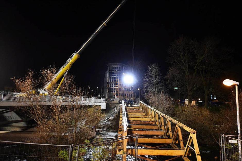 Die Behelfsbrücke wird abgebaut (Foto: Rita Eggstein)