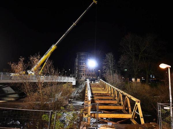 Die Behelfsbrücke wird abgebaut