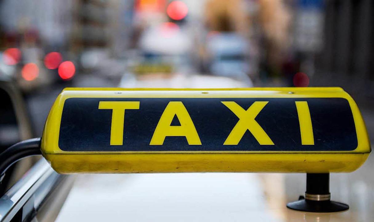 Einer der Männer schlug den Taxifahrer...Auto einschliessen konnte (Symbolfoto)  | Foto: dpa