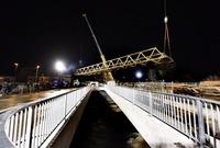 Riesenkräne entfernen Behelfsbrücke an der Kronenbrücke