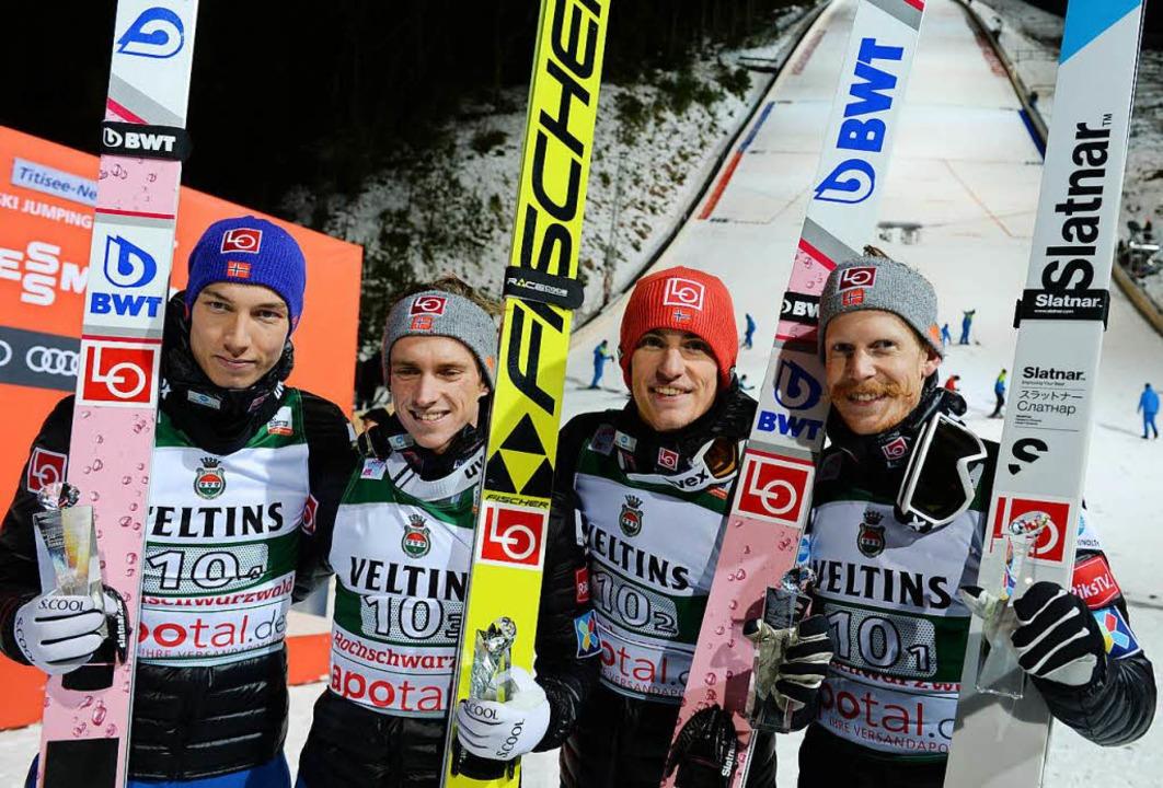 Das norwegische Team mit Johann Andre ...hts) feiert den Sieg im Team-Wettkampf  | Foto: dpa
