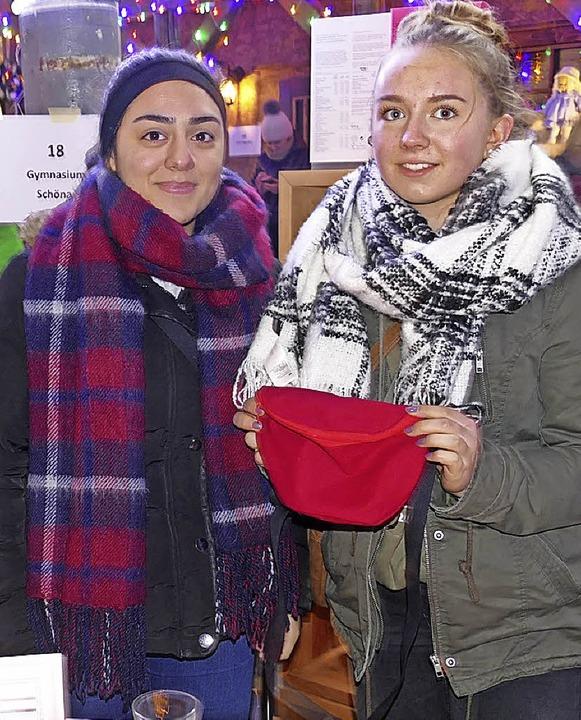 Die Gymnasiastinnen Aleyna  und Kim bo...aschen der Schönauer Schülerfirma an.   | Foto: sattelberger (2)