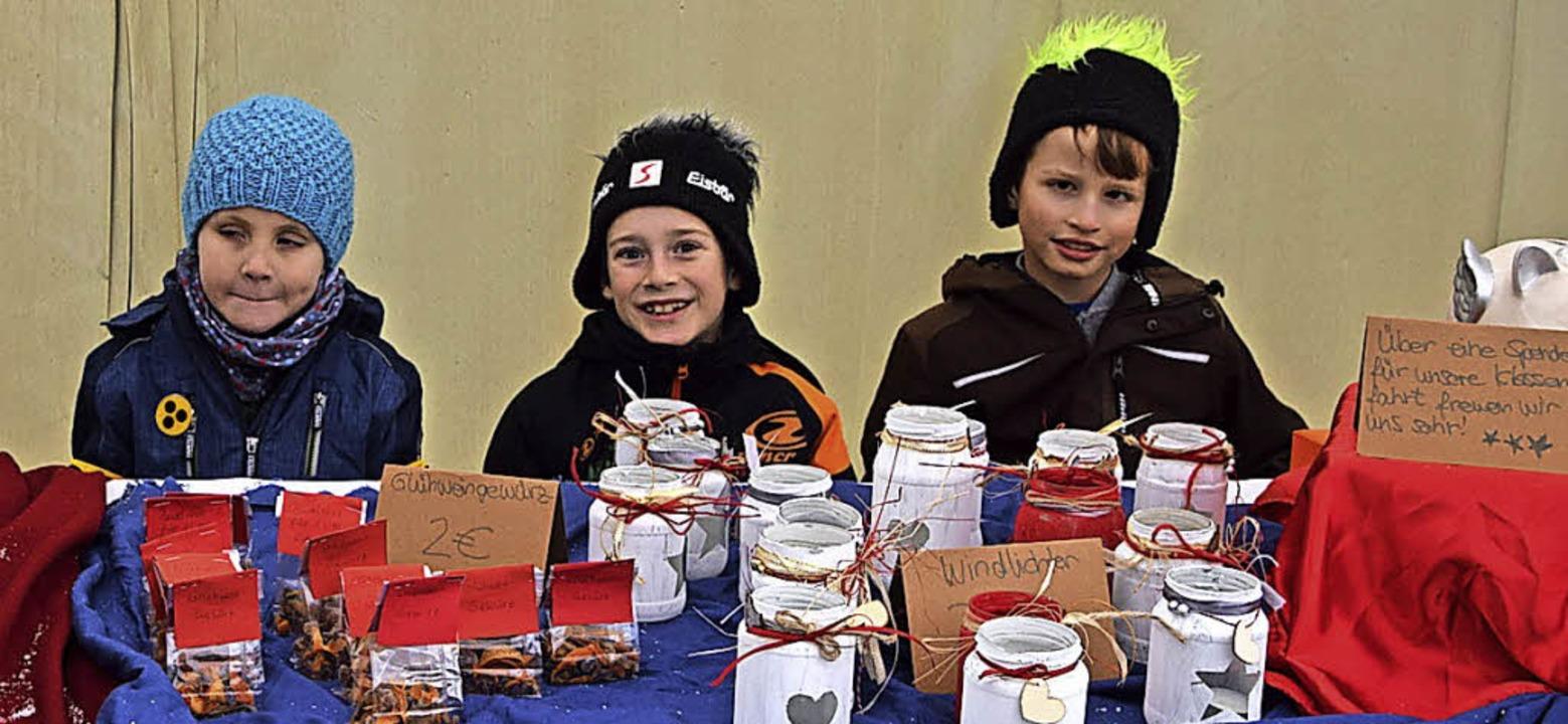 Grundschüler verkauften in Präg Selbstgebasteltes und Gewürze.  | Foto: Ulrike Jäger
