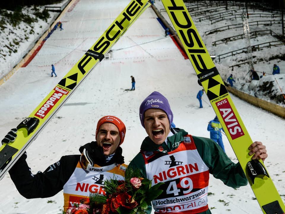 Richard Freitag (l) und Andreas Wellin...bejubeln den ersten und zweiten Platz.  | Foto: dpa