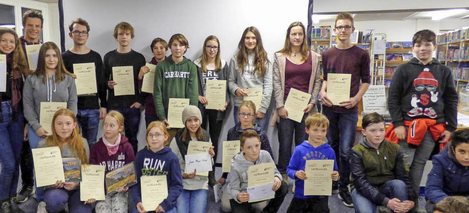 Die Gewinner und Gewinnerinnen des die...n Jugendfotopreises mit ihren Urkunden    Foto: Jade Decker/Privat
