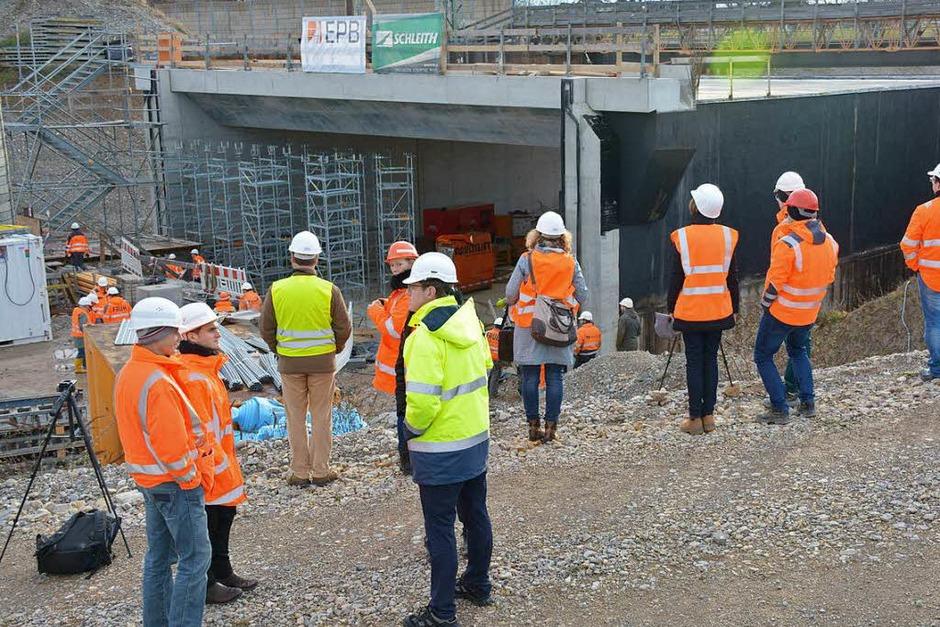 Mitarbeiter von Bahn, Baufirma und Stadt warten darauf, dass sich die Brücke bewegt. (Foto: Hannes Lauber)