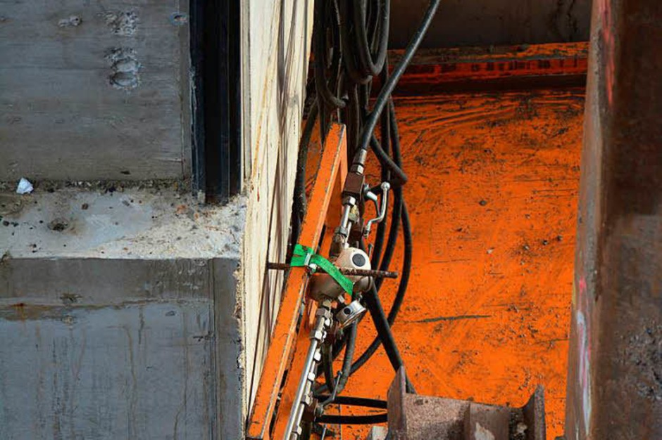 Blick auf die Stahlbahn (orange), auf der das Rahmenbauwerk gleitet. (Foto: Hannes Lauber)
