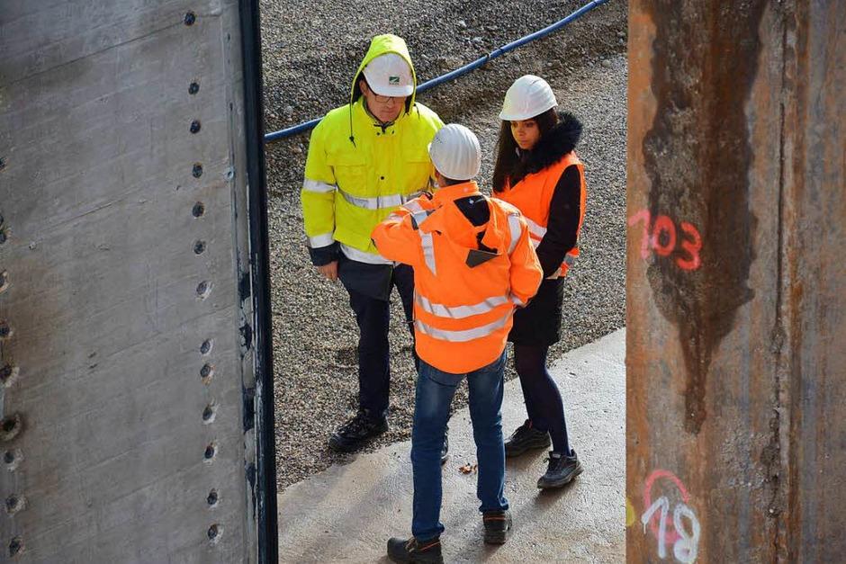 Noch können Mitarbeiter der Stadt die endgültige Standfläche der Brücke besichtigen. Gleich wird der Baukörper (links) dorthin geschoben. (Foto: Hannes Lauber)