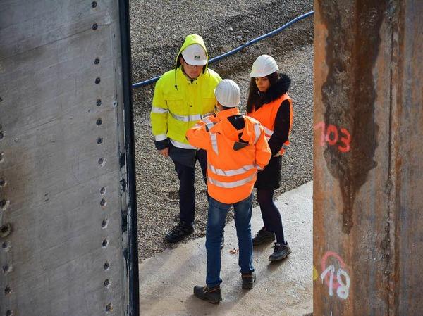 Noch können Mitarbeiter der Stadt die endgültige Standfläche der Brücke besichtigen. Gleich wird der Baukörper (links) dorthin geschoben.