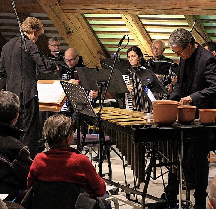 Das Freiburger Akkordeon Orchester und...fon eröffnen ungewohnten Klangwelten.   | Foto: Krieger