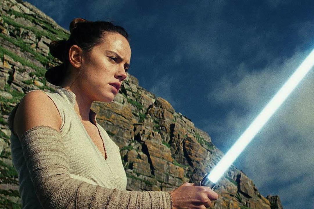 Ausbildung zur Jedi-Ritterin: Rey (Dai... sich im Umgang mit dem Lichtschwert.   | Foto: Lucas Film
