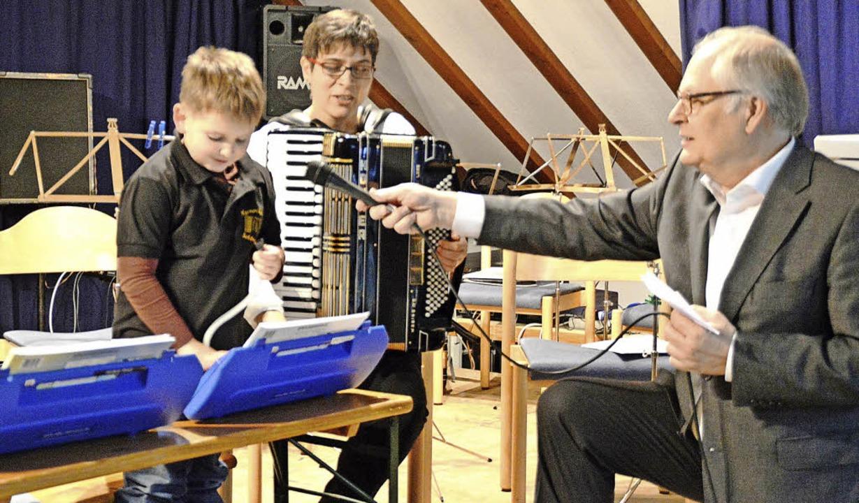 Ist doch ganz einfach! Benjamin Matt e...t dem Moderator seine Blas-Harmonika.   | Foto: Edgar steinfelder