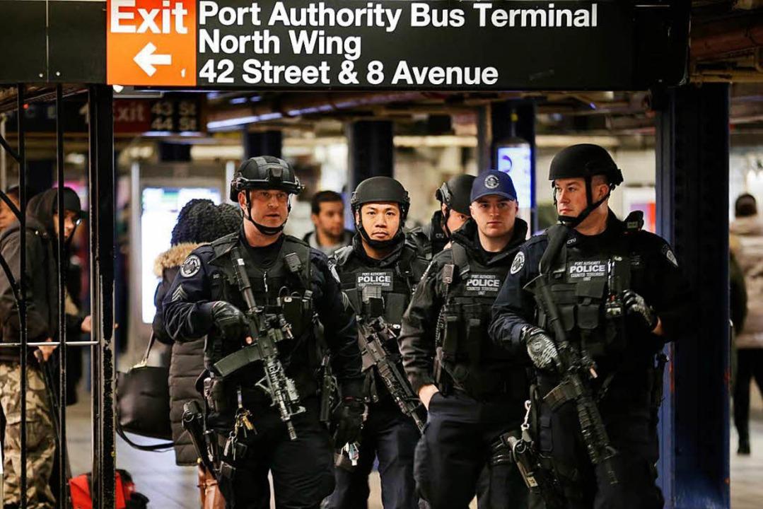 Polizisten patrouillieren am Ort des Attentats in New York.    | Foto: DPA