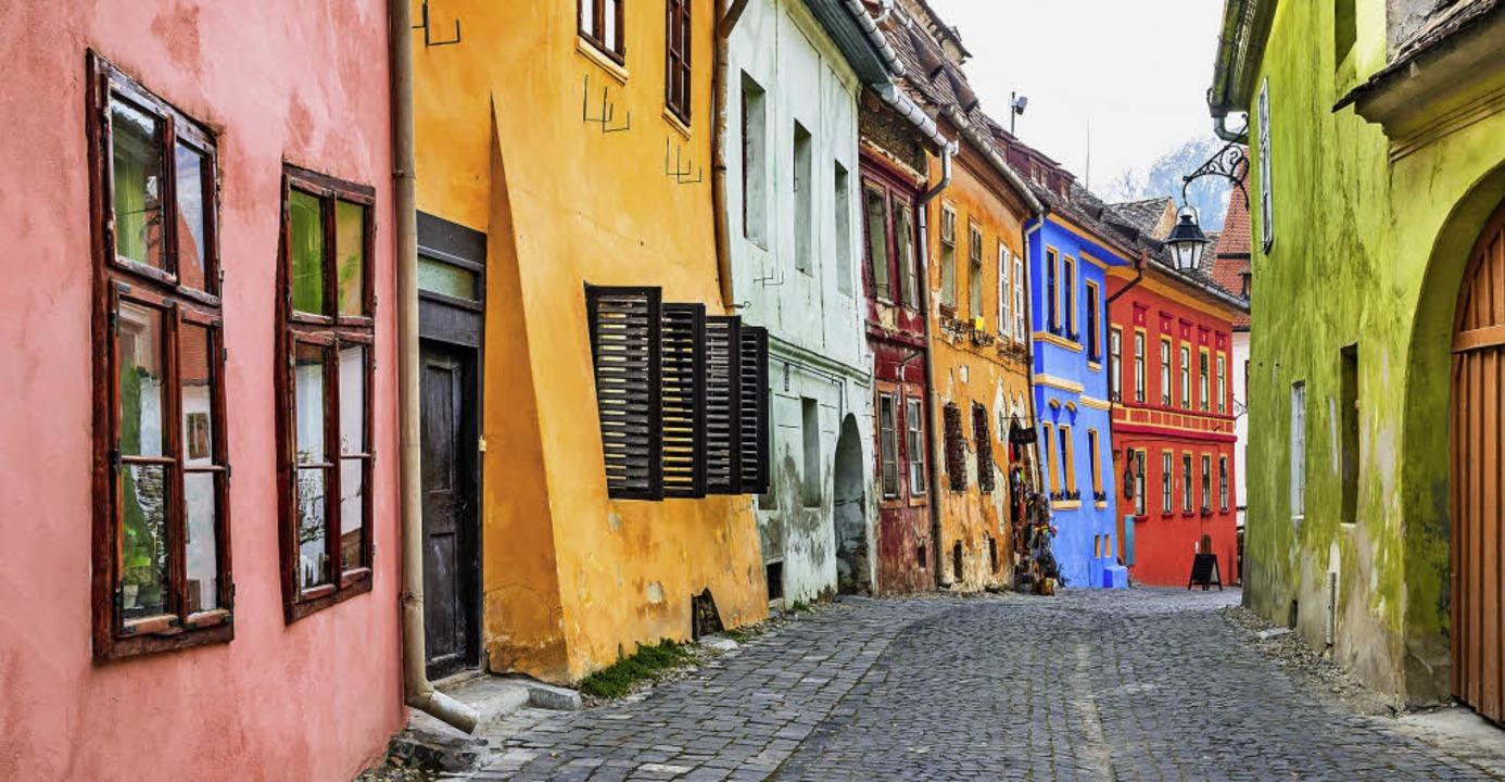 Schön bunt ist diese  malerische Gasse...hen Stadt Sighisoara in Siebenbürgen.   | Foto: Adobe Stock