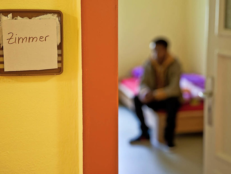 Junger Flüchtling in einer Flüchtlingsunterkunft   | Foto: dpa