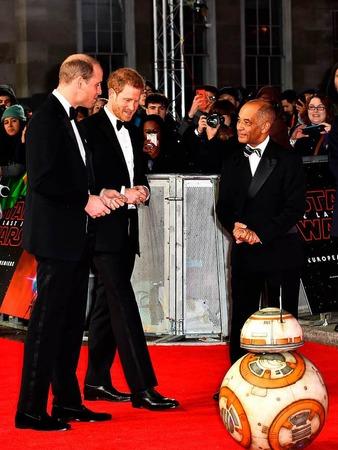 Die britischen Prinzen William (l) und Harry (M) nehmen den Droiden BB-8 unter die Lupe.