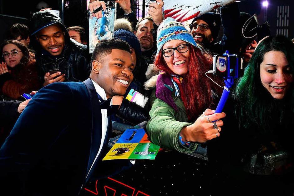 Schauspieler John Boyega mit Fans (Foto: dpa)