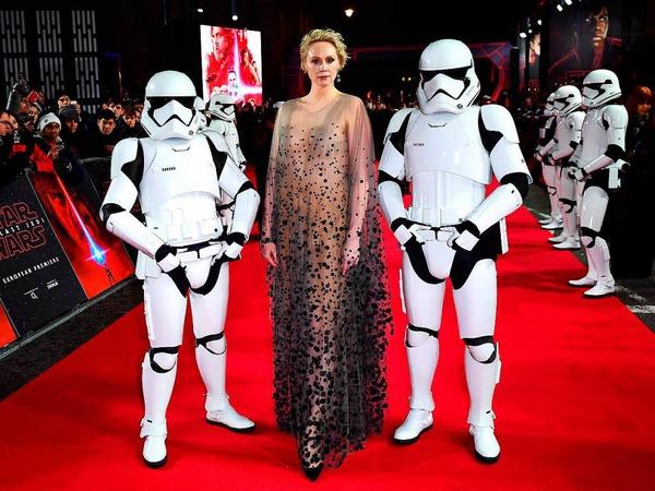 Schauspielerin Gwendoline Christie mit Stormtroopern