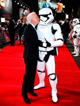 Schauspieler Anthony Daniels mit Stormtrooper
