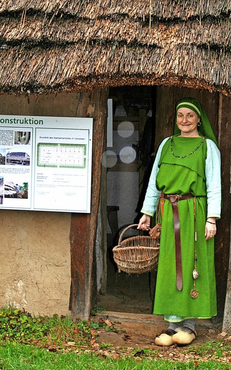 Astrid Nothen in stilechter, historisc...f des Alamannenmuseums in Vörstetten.   | Foto: Anja Kunz