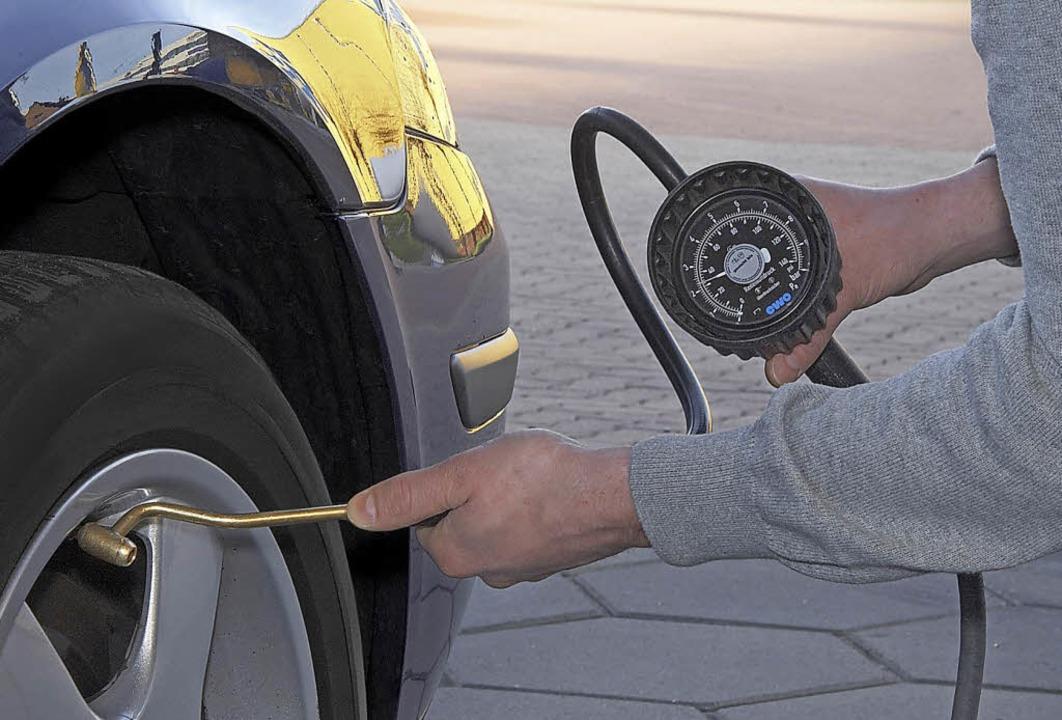 Die Kontrolle des Reifenluftdrucks geh...Wochen den Reifendruck zu überprüfen.   | Foto: TÜV Süd