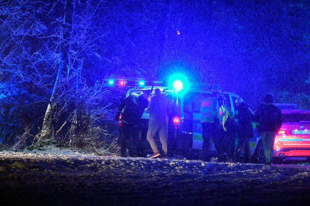 Rettungskräfte sichern  bei Sieberatsreute die Absturzstelle des Kleinflugzeugs.  | Foto: dpa