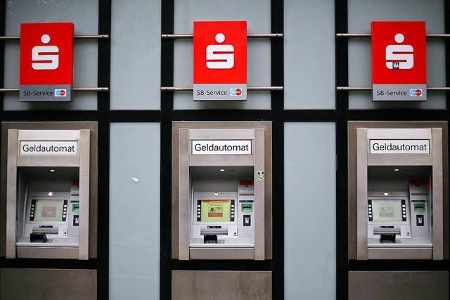 Unbekannte wollen Geldautomaten sprengen – zerstören aber Friseursalon