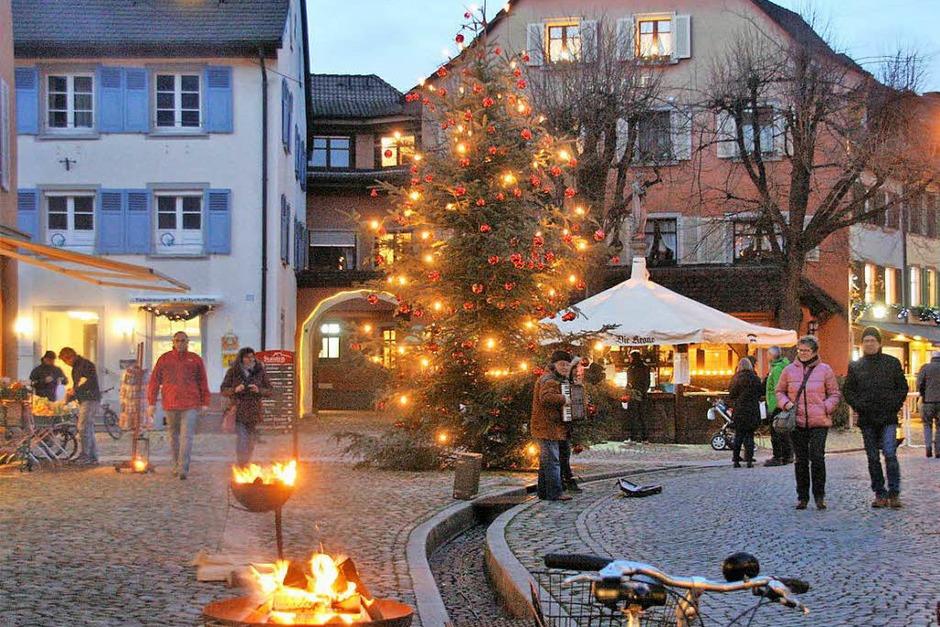 Zum perfekten Weihnachtsglück fehlte nur noch der Schnee – mit Einbruch der Dunkelheit erstrahlte Staufen im Glanz zahlloser Lichter. (Foto: Hans Jürgen Kugler)