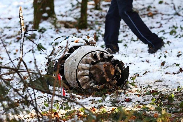 Einsatzkräfte bergen Trümmerteile des abgestürzten Kleinflugzeugs