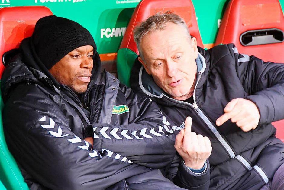 Christian Streich erklärt vor der Partie gegen den FC Augsburg Karim Guédé etwas. (Foto: Achim Keller)