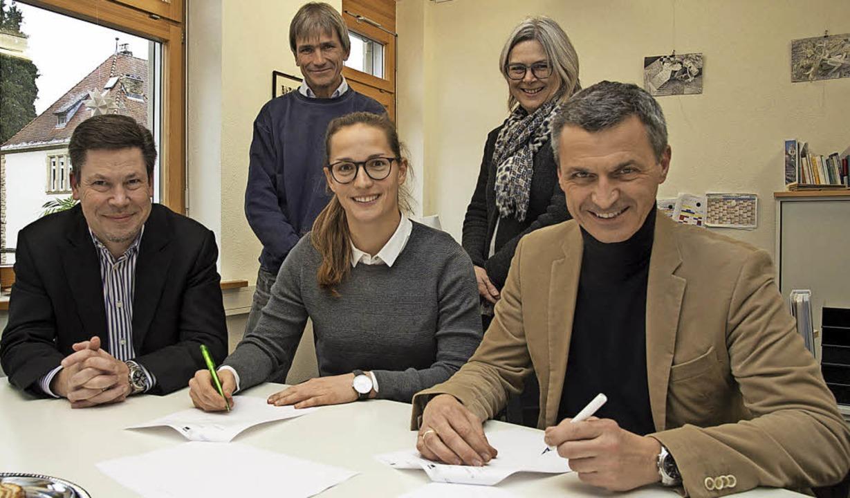 Unterzeichnung: Stadtwerke-Geschäftsfü...vereinbaren die Bildungspartnerschaft.  | Foto: Münch