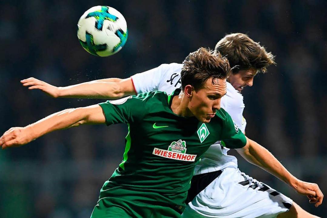 Lukas Kübler (hinten) im Duell mit sei... es für den SC Freiburg nicht reichen.  | Foto: dpa