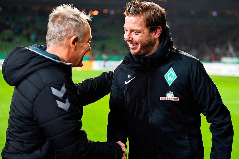 Händedruck vor dder Partie: Der Trainer Christian Streich und Florian Kohlfeldt. (Foto: dpa)