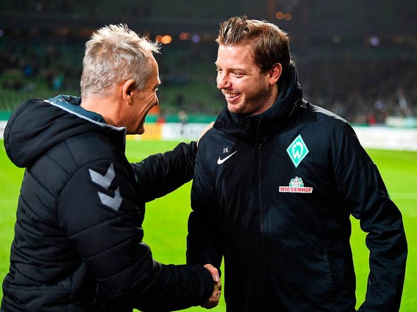 Händedruck vor dder Partie: Der Trainer Christian Streich und Florian Kohlfeldt.