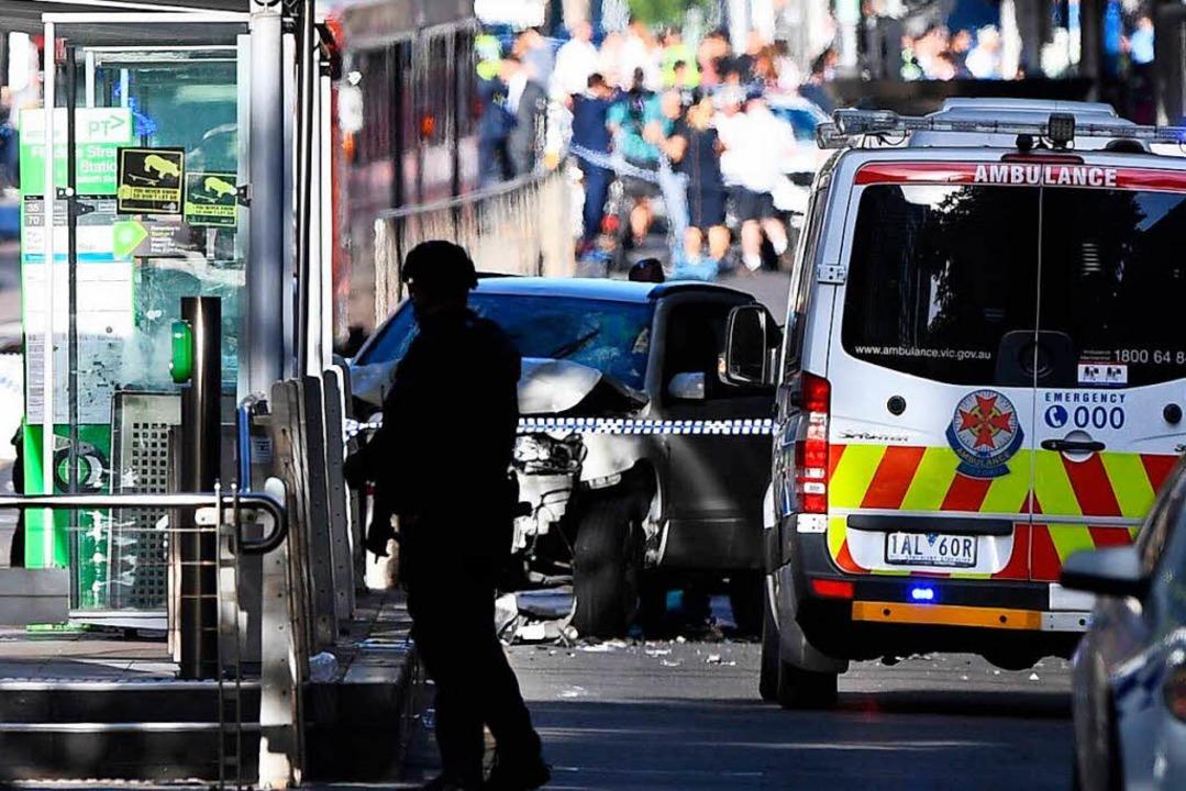Ein Auto ist im australischen Melbourn...erkehr in eine Menschenmenge gefahren.  | Foto: dpa