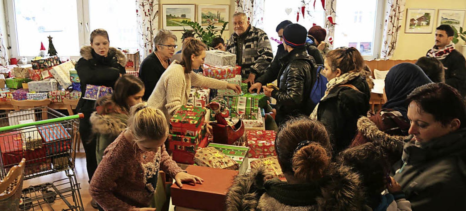 Groß war der Andrang, als die Schüleri...ten Päckchen in den Tafel-Laden kamen.  | Foto: Katharina Bartsch