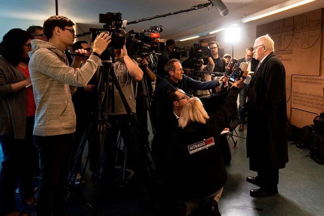 C.s Verteidiger Klaus Malek stellte sich nach dem Urlaub den Fragen der Presse.  | Foto: dpa