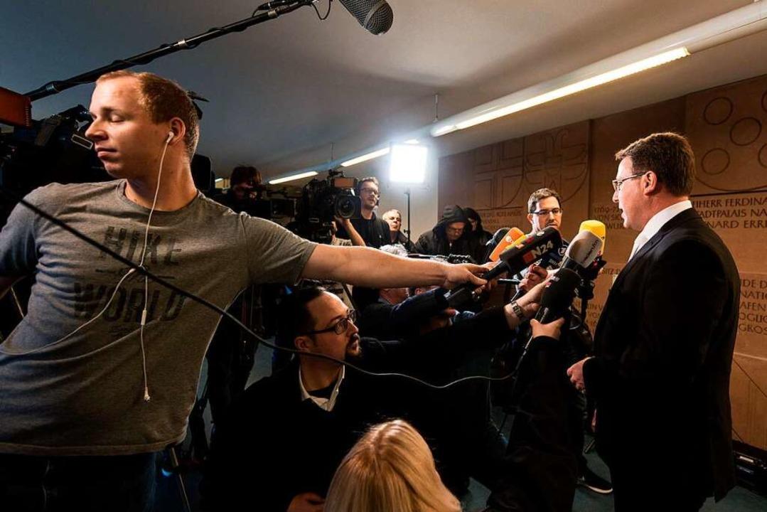 Auch Staatsanwalt Tomas Orschitt beantwortete Fragen der Medienvertreter.  | Foto: dpa