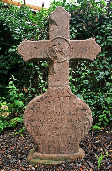 Ein  Grabkreuz, das an den früheren Ot... steht heute auf einem Privatanwesen.   | Foto: Martin Frenk