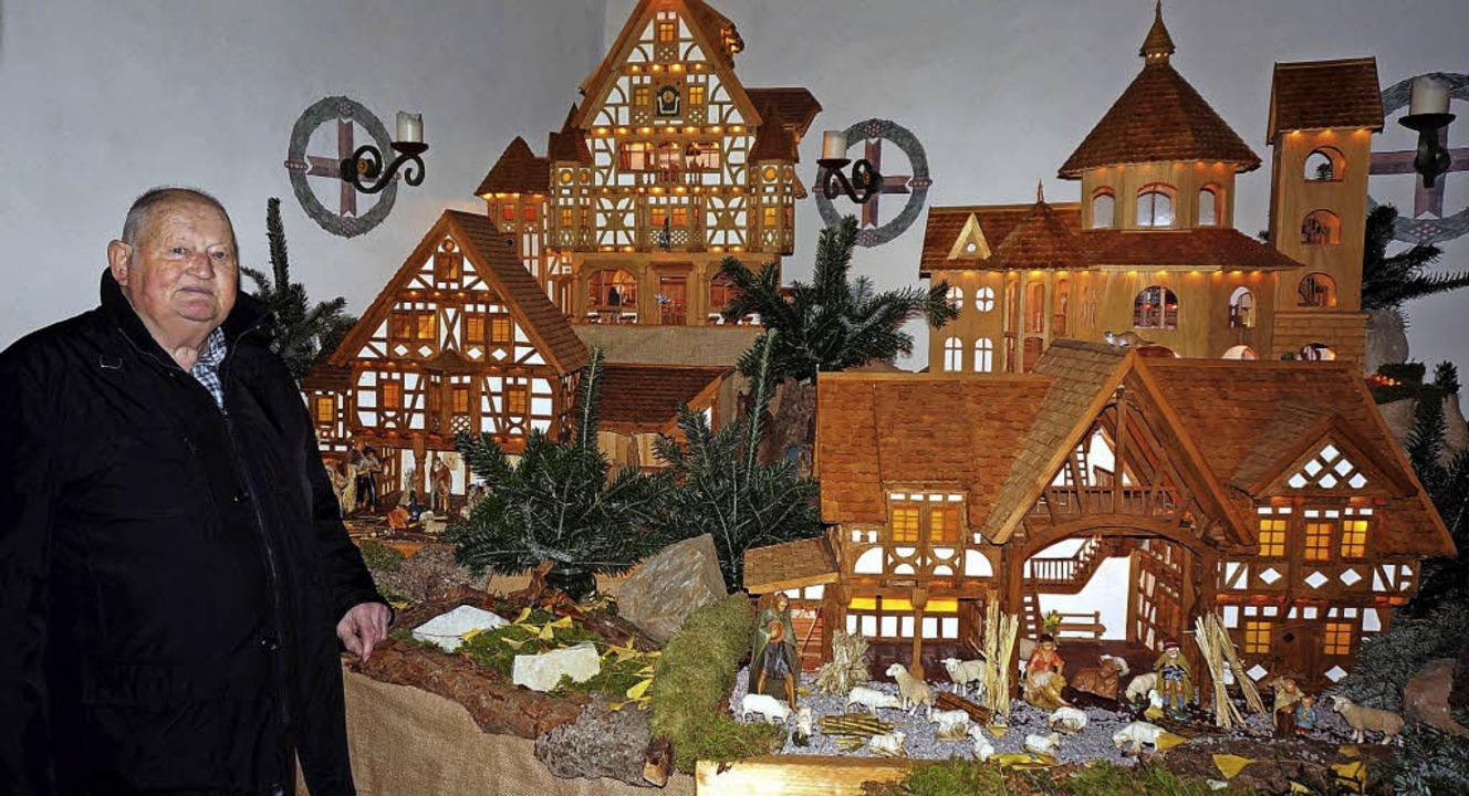 Stimmungsvoll: Diese mit viel Liebe zu...ich Adelbert (links) hat sie gebaut.    | Foto: Freudig