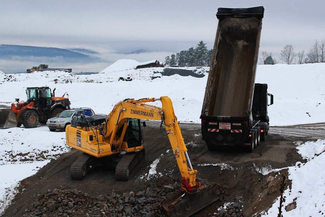 Sieht aus wie Geröll: Die Abfallschlacke wird verteilt.   | Foto: Hansjörg Bader