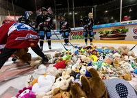 EHC Freiburg unterliegt Heilbronn – Rekord beim Teddy Bear Toss