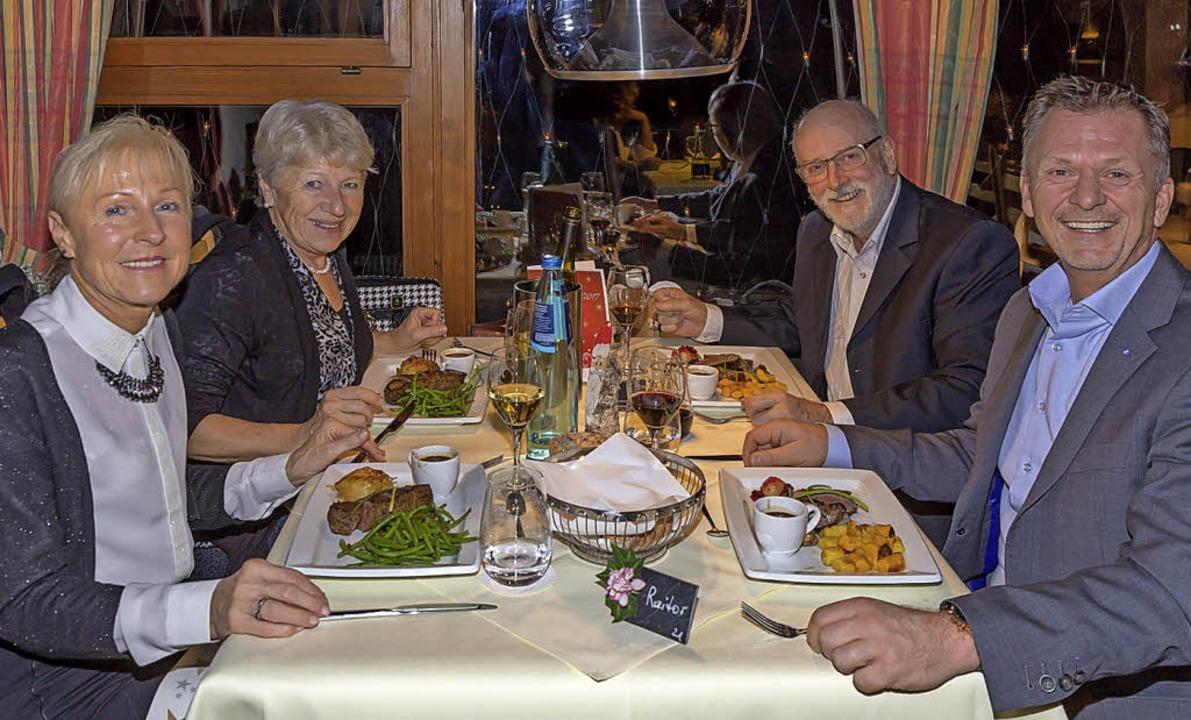 Genießen den Heilig Abend im Restauran...th und Manfred Fäh und Dieter Raitor.   | Foto: Dieckmann