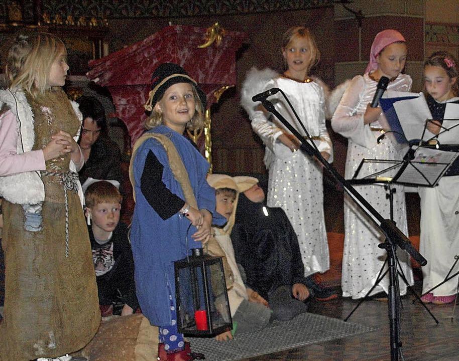 Eine bunt gemischte Gruppe aus Kinderg...rippenspiel in der Hierbacher Kirche.     Foto: Karin Steinebrunner