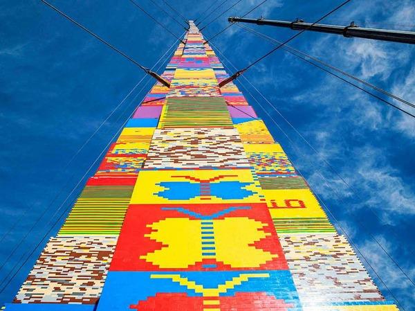 Der Turm steht auf dem Rabin-Platz vor dem Rathaus der Küstenstadt.