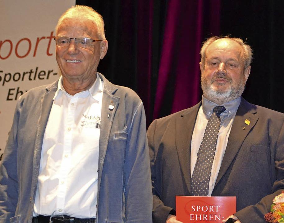 OFV'ler Heinz Falk erhielt die Ehr...nburg bekam den Ehrenbrief der Stadt.   | Foto: Karin Reimold
