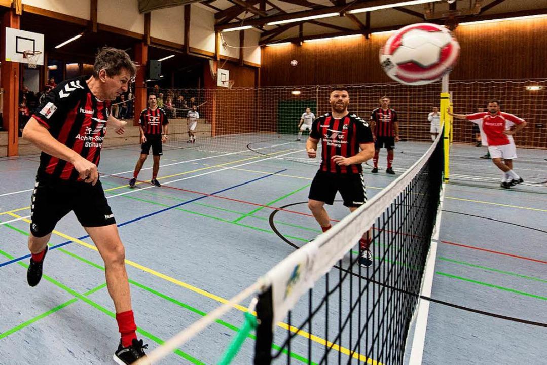 Die SC-Traditionsmannschaft um Martin ...Spaß und Köpfchen beim Fußballtennis    | Foto: Seeger
